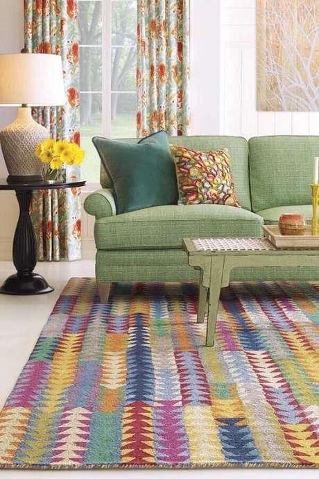 33. Sofá verde e tapete de retalhos coloridos complementam a decoração da sala de estar. Fonte: Pinterest