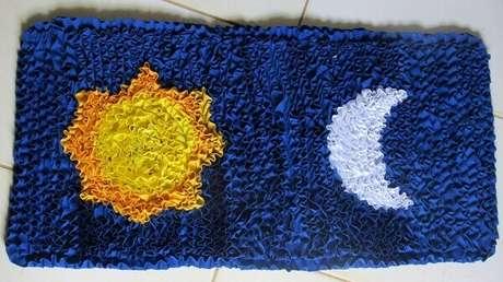 34. Sol e lua desenhados no tapete de retalhos. Fonte: Pinterest