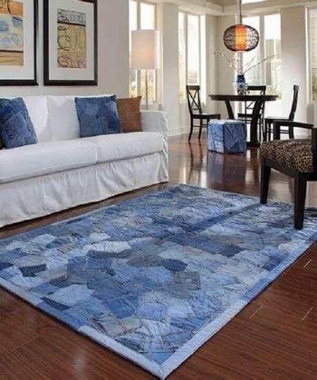 29. Tapete de retalho de tecido jeans para a sala de estar. Fonte: Pinterest