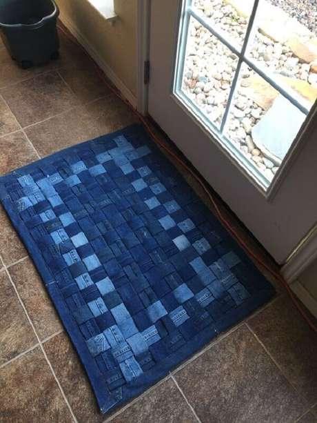 30. Tapete de retalho de tecido jeans para entrada de casa. Fonte: Pinterest