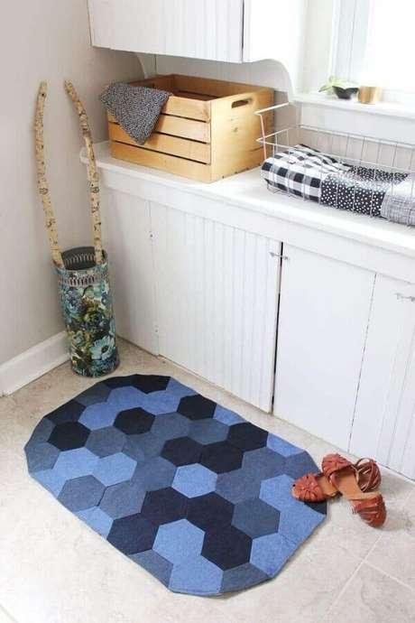 15. Traga cor para o seu banheiro com o tapete de retalho azul. Fonte: abeautifulmess