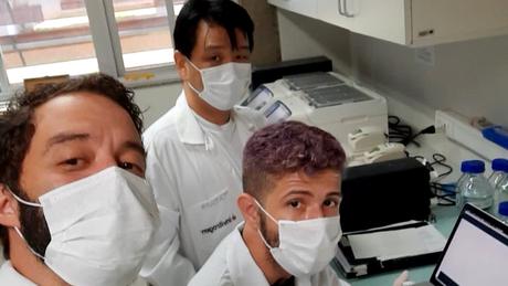 Ikaro (sentado, no meio, ao lado dos orientadores) foi provado em 1º lugar no programa de doutorado em biologia microbiana da UnB