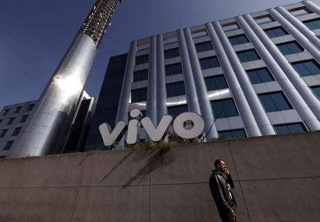 Homem fala ao telefone em frente ao edifício-sede da Vivo, em São Paulo  30/06/2010 REUTERS/Nacho Doce