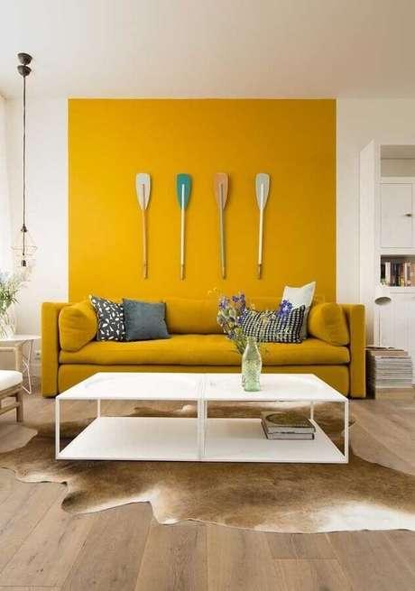 1. Invista em uma sala amarela para um ambiente mais alegre e descontraído – Foto: Assetproject