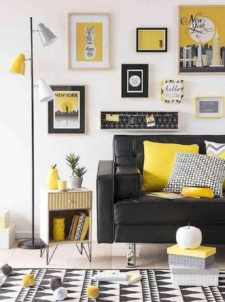 12. Invista em uma parede branca e uma boa iluminação para decoração da sala amarela e preta – Foto: Webcomunica
