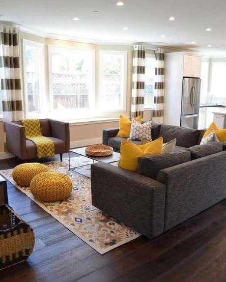 15. Decoração de sala cinza e amarela com cortina listrada – Foto: Home Decorating Idea