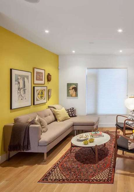 16. Decoração em cores neutras para sala com parede amarela – Foto: Histórias de Casa