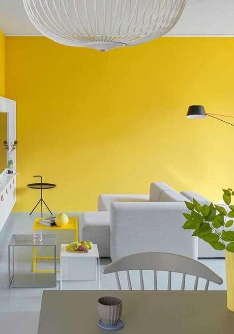 17. Decoração moderna para sala amarela e branca – Foto: Webcomunica