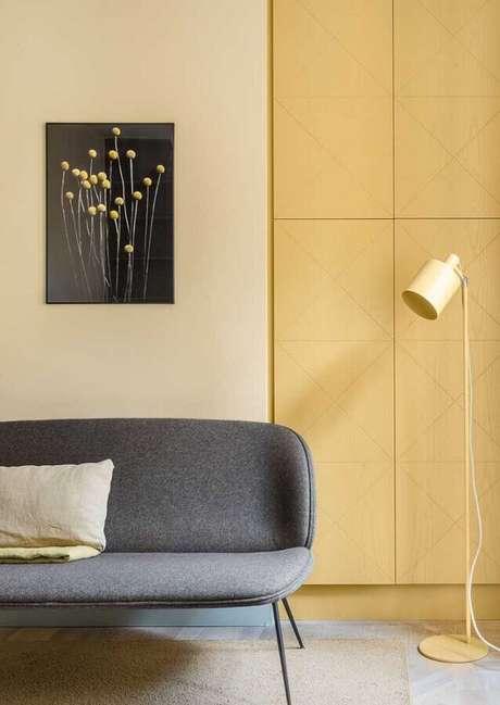 18. Sala amarela moderna decorada com sofá cinza – Foto: Architecture Art Designs