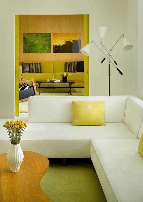 19. decoração de sala amarela e branca moderna com sofá de canto – Foto: Houzz