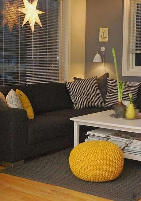 21. Decoração para sala cinza e amarelo com puff de crochê redondo – Foto: Trend4Homy