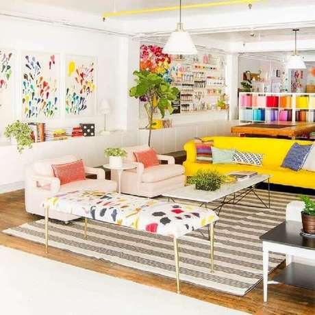 3. É possível fazer uma decoração colorida na sala amarela – Foto: Pinterest