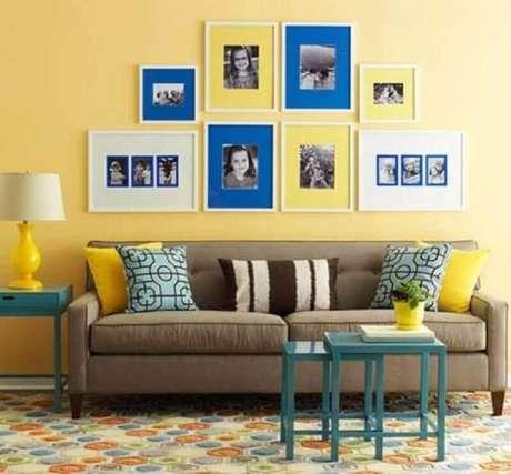24. Decoração simples para sala azul e amarelo – Foto: Decoratorist