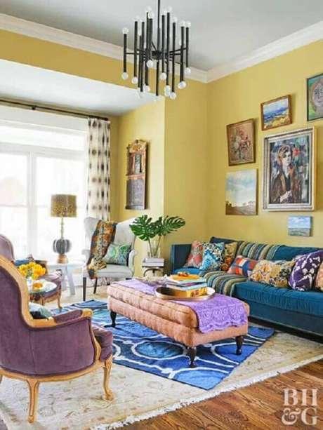 27. Lustre preto moderno para decoração de sala amarela e azul – Foto: Pinterest