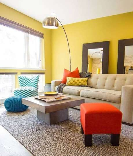 4. Saiba como usar mais cores na decoração de sala amarela – Foto: Apartment Therapy