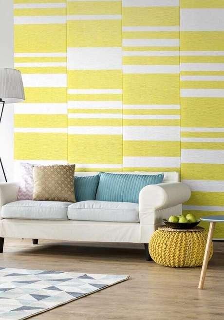 28. Papel de parede listrado para decoração de sala amarela com sofá branco – Foto: Pinterest