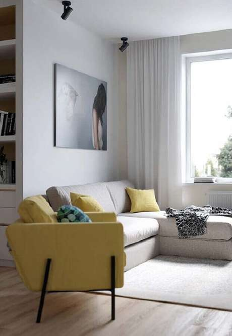6. A poltrona para sala amarela e branca se destacou no ambiente clean – Foto: Ideia Decor