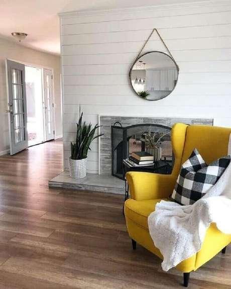30. Decoração com poltrona para sala amarela com espelho redondo – Foto: Pinterest