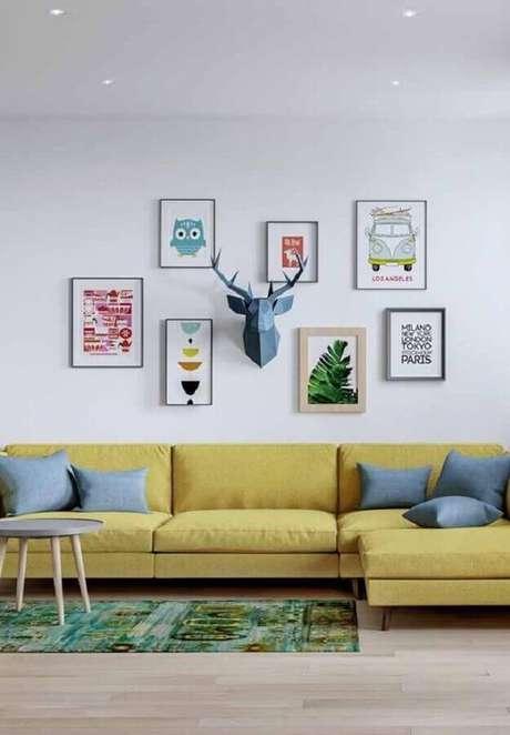 33. Quadros decorativos para sala amarela e branca decorada com almofadas cinza – Foto: Pinterest