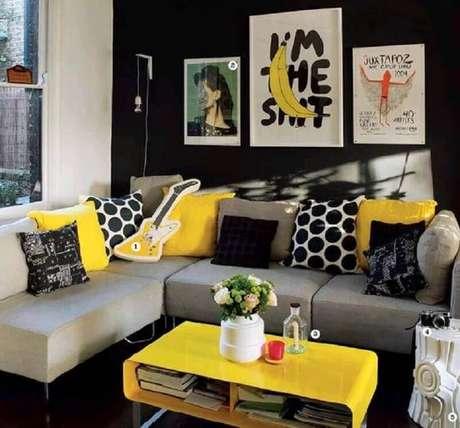 10. Invista em quadros e almofadas para a decoração de sala amarela e preta – Foto: Pinterest