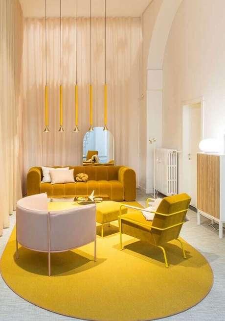 35. Os tons amadeirados dão um toque acolhedor na decoração moderna da sala amarela – Foto: Architecture Art Designs