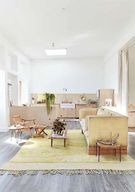36. Sala amarela e branca com decoração simples – Foto: Pinterest