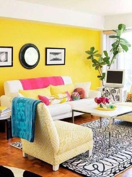 38. Não tenha medo de usar outras cores na decoração da sala amarela – Foto: Conexão Décor