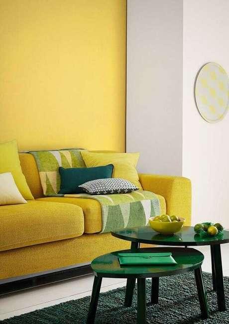 39. Decoração de sala amarela e verde com mesa de centro redonda pequena – Foto: Houzz