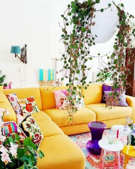 42. Sala amarela decorada com várias almofadas coloridas – Foto: Homi Xover