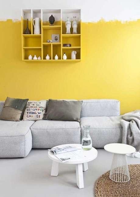 43. Sala amarela e branca com decoração minimalista e sofá cinza modular – Foto: Archzine