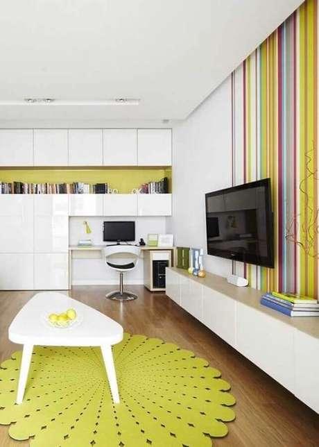 44. Sala branca e amarela decorada com papel de parede listrado colorido – Foto: Pinterest