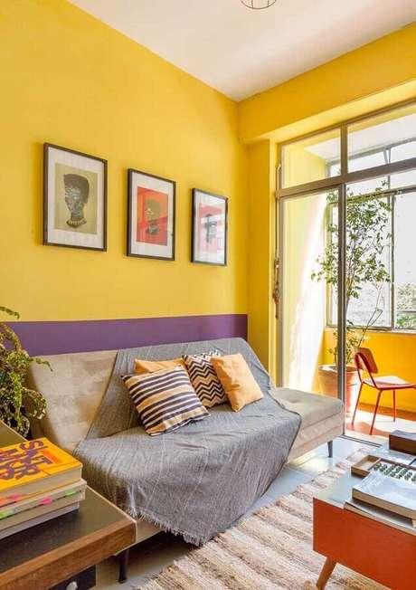 45. Sala com parede amarela com decoração simples – Foto: Webcomunica