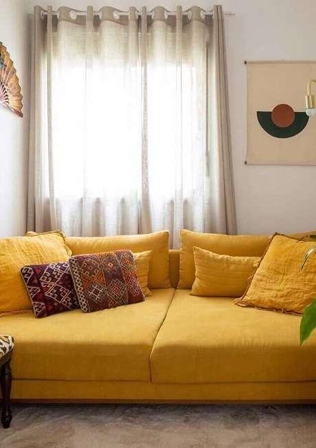 48. Sala decorada com sofá amarelo – Foto: Webcomunica