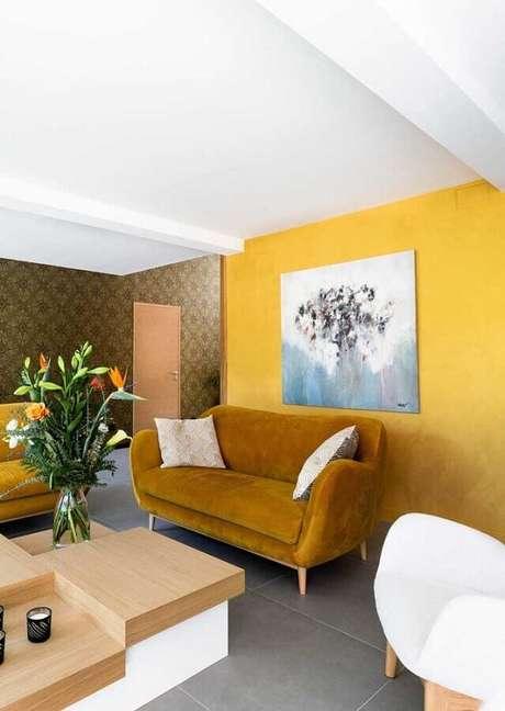 50. Sofá de veludo para decoração de sala com parede amarela – Foto: Architecture Art Designs