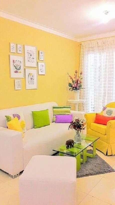 51. Sofá e poltrona para sala amarela com almofadas coloridas – Foto: Pinterest