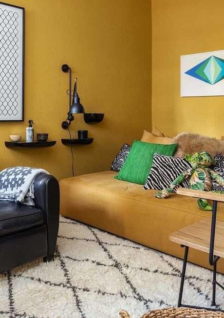 53. Tapete branco felpudo para decoração de sala amarela com poltrona preta de couro – Foto: Architecture Art Designs