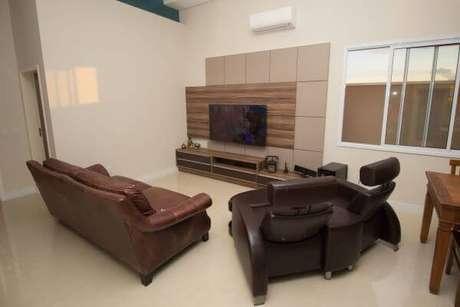 81. Sala de estar com sofá de couro e painel para tv clássico – Projeto: Engenharia e Arquitetura