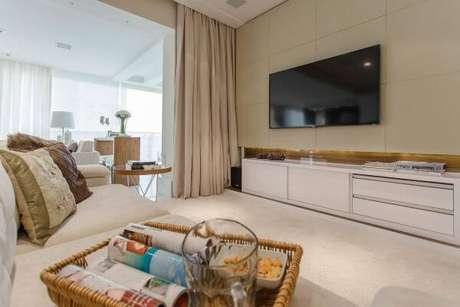 82. Sala de estar com tv fixa no painel para tv – Projeto: Marcia Acaro