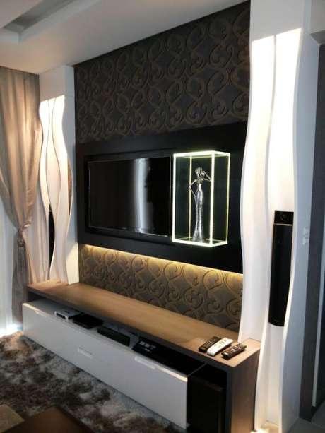 83. Sala de estar com painal de tv clássico – Projeto: daiana Arnold