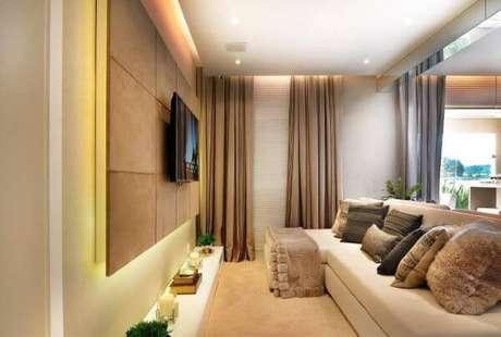 10. Sala de estar com painel para tv de madeira – Projeto: Quitete Faria