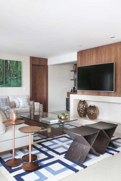 12. Sala de estar com painel para tv e nicho branco embutido – Projeto: SP Estudio