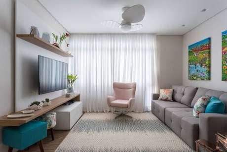 2. Sala de estar com painel para tv e puff colorido – Projeto: Marcia addor