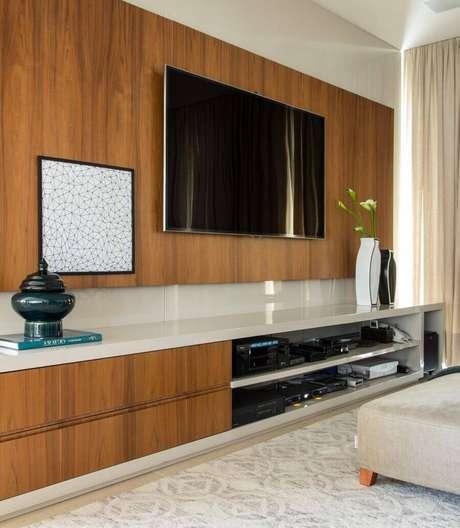 17. Sala de estar com painel de tv de madeira – Projeto: Marilia Veiga