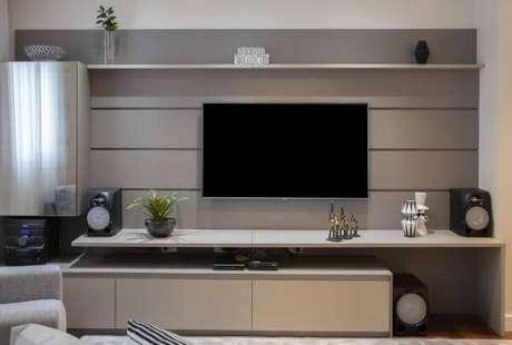 18. Decoração de sala de estar com painel de tv clean e sofisticado – Projeto: Cris Paola