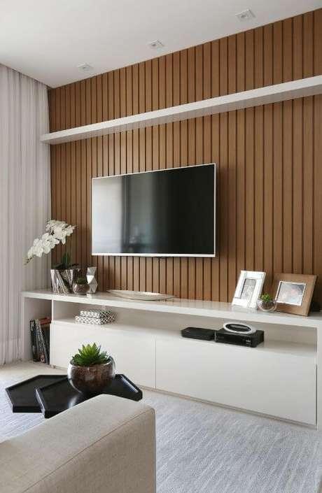 21. Sala de estar com painel de madeira para tv – Projeto: Bianchi Lima