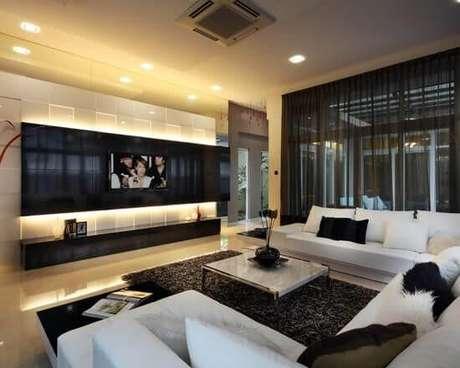 27. Sala super moderna com painel para tv preto e branco – Via: revista VD
