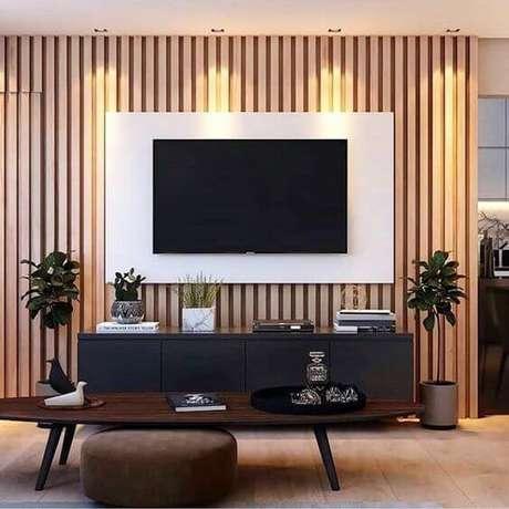 85. Painel branco com rack preta para sala de tv – Via: Pinterest