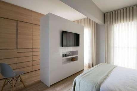 31. Use o painel para tv de parede para separar ambientes – Projeto: AM Studio Arquitetura