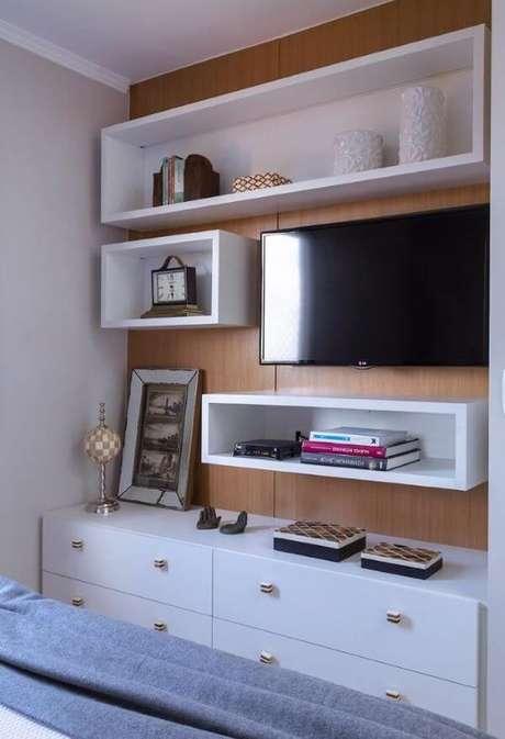 32. Nichos e prateleiras são ótimos complementos para o painel de tv – Projeto: anayoshida