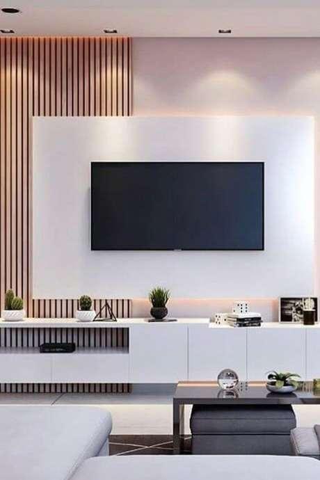 33. Painel para tv branco e madeira – Via: Pinterest